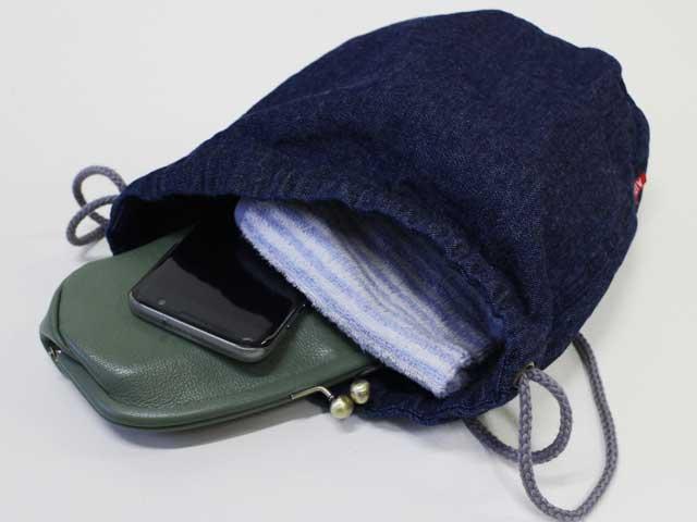 コンパクトながらも長財布・携帯・ハンカチがしっかり入ります!