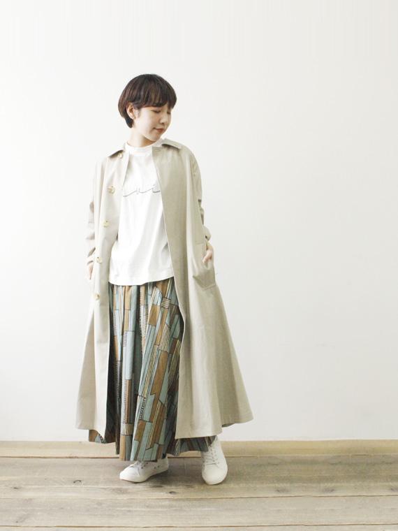 スモーキーカラースカート×淡色コートで