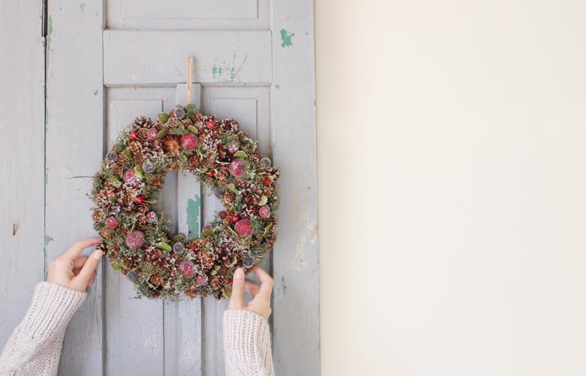 クリスマス準備START!まずは、玄関にリースを飾ります