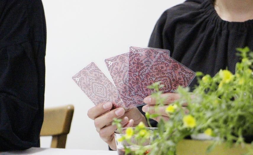 カード越しに向こうが見えてしまうほど透けたトランプは、絵柄も美しい大人なデザイン。